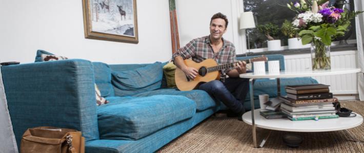 Anders Lundin älskar att spela gitarr