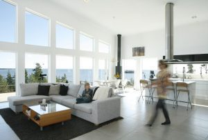 Många fönster ljust vardagsrum och kök öppen planlösning