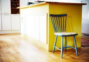 bygga platsbyggd bokhylla med stol bredvid