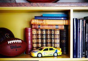 Bygga bokhylla med gula hyllor