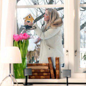 Linda Lindorffs hus behöver skötas om - i detta fallet fågelholken