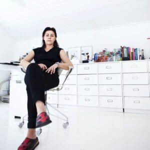 Mija Kinning vid sitt skrivbord i sitt ljusa loftkontor