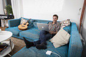 Anders Lundin kopplar av i sin lägenhet i Enskede, södra Stockholm.