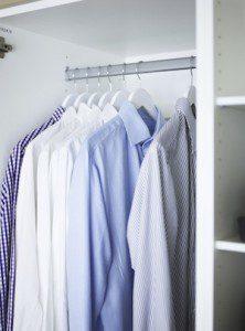 Skjortor i garderob runt sängen