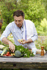 Tareq Taylor lagar mat i sitt sommarkök