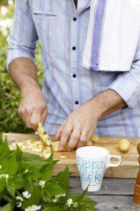 Tareq Taylor hackar potatis i sommarkök