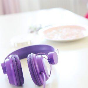 Musikhörlurar på bord i inrett tonårsrum