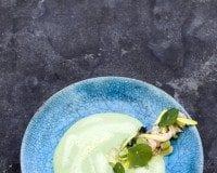 Grön ärtsoppa med räkor och fänkål