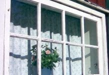 skrapa och måla fönster