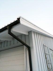 I takunderhåll ingår att kolla så hängrännor är rensade och fina