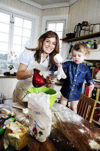 Pernilla Wahlgren bakar med sonen Theo i köket