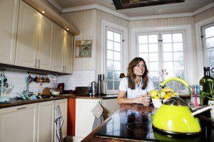 Pernilla Wahlgren hemma i sitt kök
