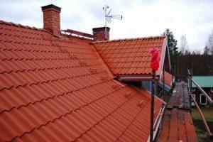 Använd takstege vid takunderhåll och inspektion