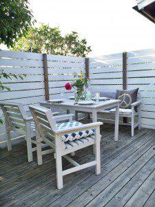 Trädäck altan med vita utemöbler