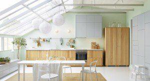 diskret ljust kök med takfönster