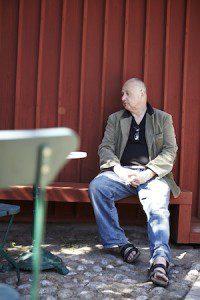 Gert Wingårdh sitter på röd bänk