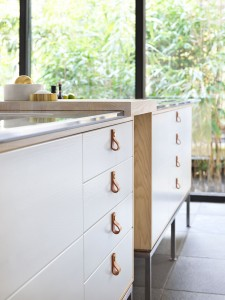 kök vitmålad ask med läderbeslag och inbyggda högtalare Ballingslöv