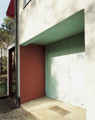 Ett hus har ofta många olika fasadytor. Här är det trä som tak ovanför  garageporten. f4f31e814f4cf