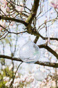 Malin pyntar träd med glaskula
