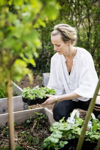 Malin Persson i trädgården