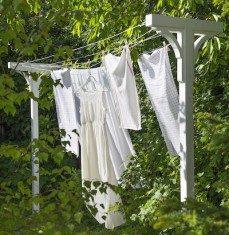 Tvätt hänger på torkställning