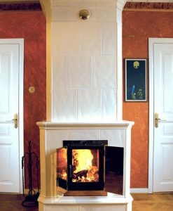 Moderna kakelugnar har en stor lucka för att man skall se elden. Kakelugnen blir inte bara en mysig inredningsdetalj, den blir också en trygghet inför vinterns strömavbrott. I alla fall om man bor på landet.