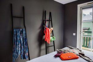 Rum med mörka väggar