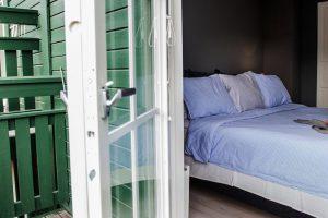 Öppen altandörr i sovrummet hemma hos Denise Rudberg