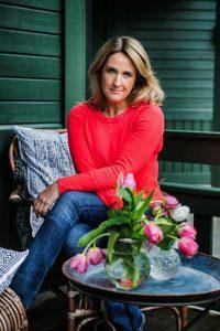 Denise Rudberg sitter på sin veranda