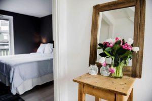 Vy över sovrum och hall hemma hos Denise Rudberg