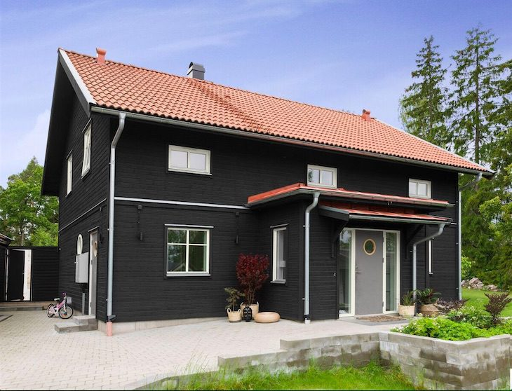måla fasaden - svart hus
