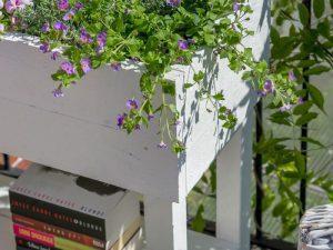 Blomlåda med spaljé nederänden