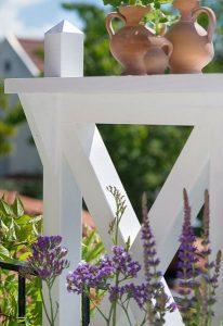 Blomlåda med spaljé och krukor