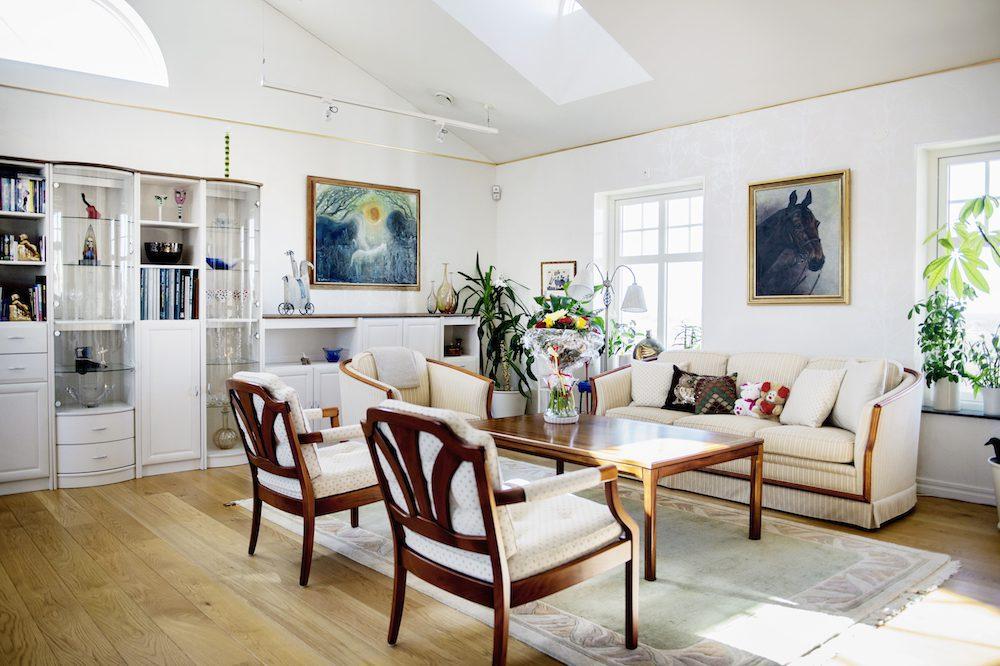 Hasse Kvinnaböske Andersson vardagsrum i huset på Bjärehalvön i Skåne