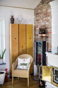 Murade väggar, återvunnet tegel och en vacker kakelugn hos Hasse Kvinnaböske Andersson