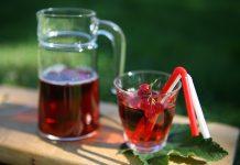 Vinbärssaft med röda vinbär och hallon