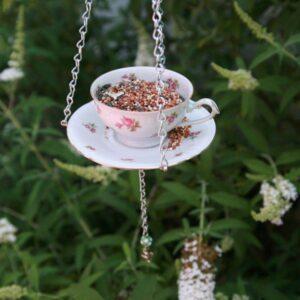 fågelmatare i en kopp