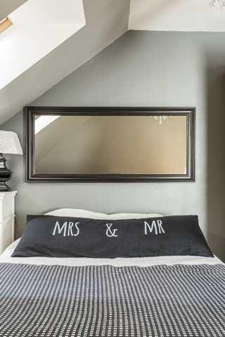 Färgsättning sovrum - matchande kudde & spegel