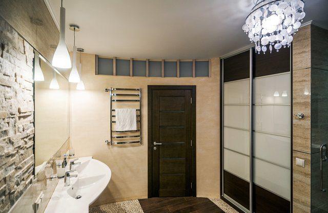 Takbelysning som framhäver badrumsbelysningen
