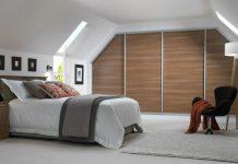 sovrum med bruna skjutdörrar