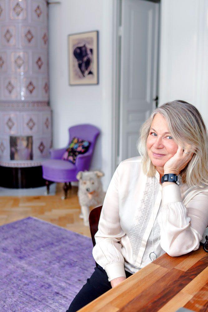 Helena von Zweigbergk med hund i bakgrunden