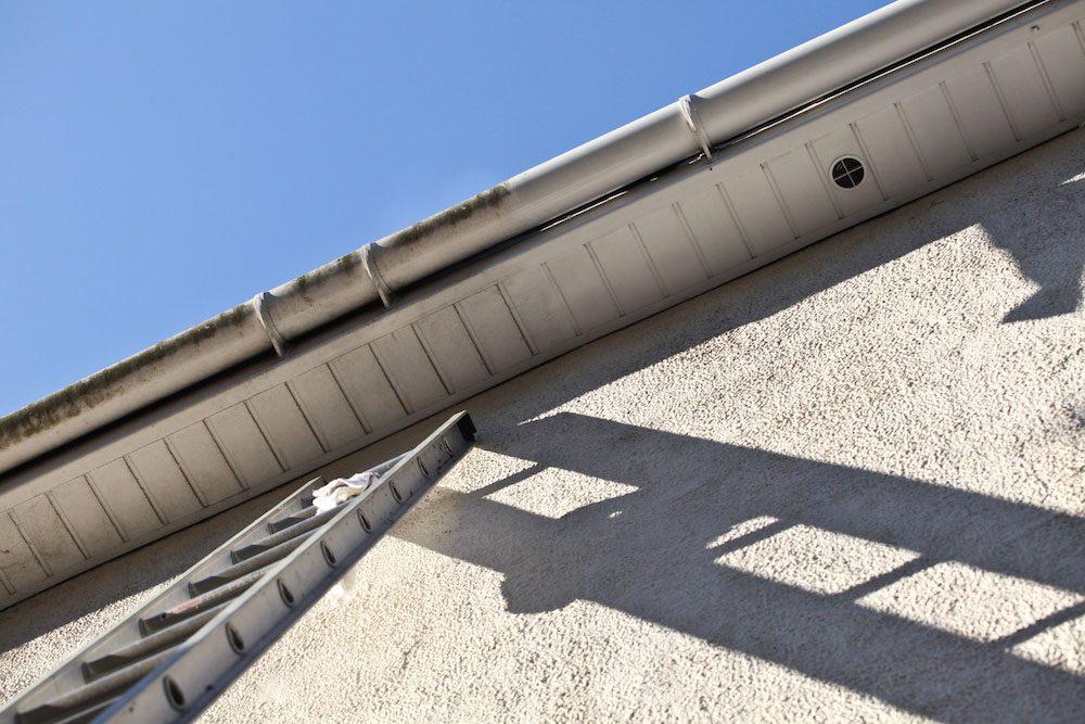 Se över taket på husets utsida