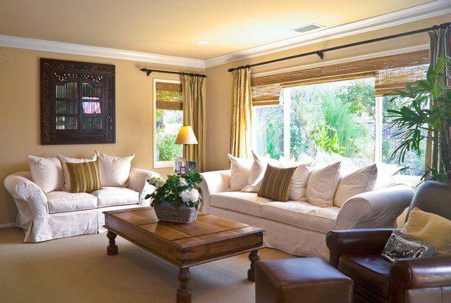möblera vardagsrum med stora fönster