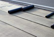 rulla ut och lägga takpapp