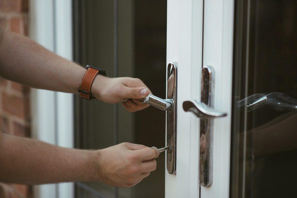 byta lås ytterdörr bostadsrätt pris