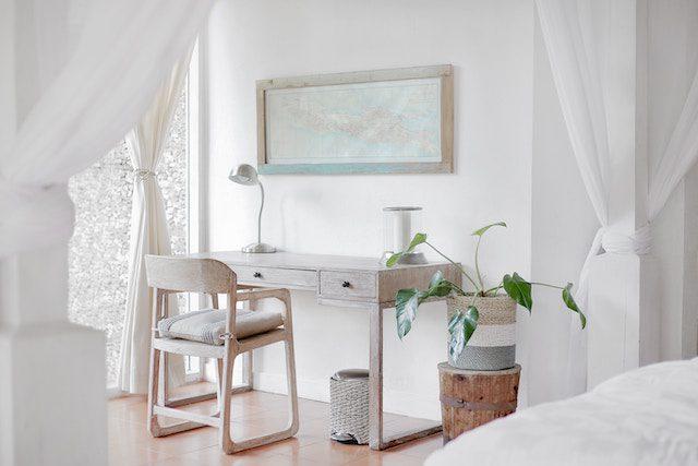 vitpigmenterade vaxoljade möbler