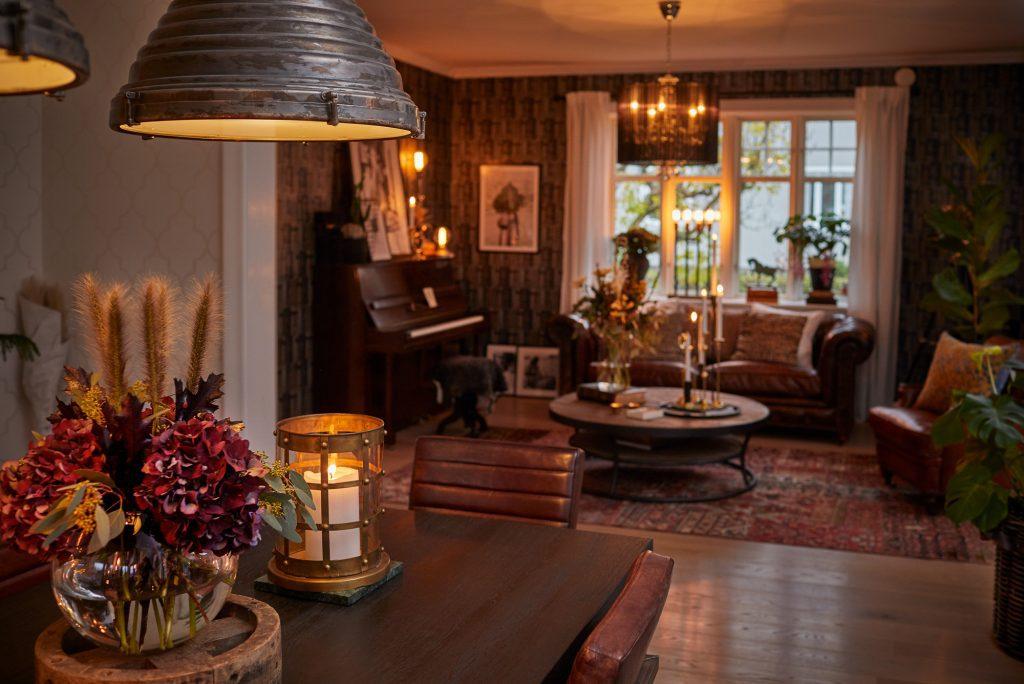 Rum med lampor över bord